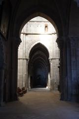 Cathédrale Saint-Mammes - Intérieur de la cathédrale Saint-Mammès de Langres (52). Vue du collatéral sud depuis le déambulatoire.