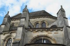 Eglise - Deutsch: Katholische Pfarrkirche Saint-Rémy, ehemalige Abteikirche der Abtei Montier-en-Der in Montier-en-Der im Département Haute-Marne (Champagne-Ardenne/Frankreich), Strebepfeiler und Kragsteine