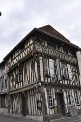 Maison en pans de bois -  Saint Dizier. Maison à pans de bois, rue Catel et rue Emile Giros.  Monument historique classé en 1945.