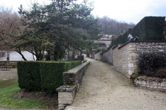 Ancien château fort - English:  Walk on the path of the old fortifications.