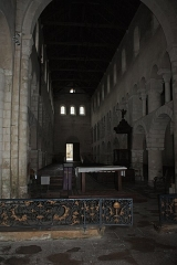 Eglise - English:  The nave and the arc diaphragm sawn from the altar.
