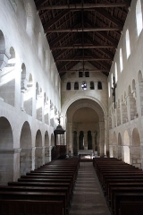 Eglise - English:  An arc diaphragm mark the boundary of the vessel of the nave.