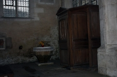 Eglise - English:  Side chapel of the south aisle: Baptismal fonts and confessionnal.