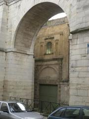 Aqueduc gallo-romain (restes) -  Arcueil, France  vue d'un bâtiment (à identifier) chachanais au travers d'une arche de l'aqueduc Médicis depuis Arcueil