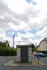 Aqueduc des Eaux de Rungis (également sur communes de Rungis, L'Hay-les-Roses, Cachan, Arcueil, Gentilly et Paris 14) - English: Fresnes, Val-de-Marne, France. Regard 4 from aqueduc Médicis.