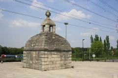 Aqueduc des Eaux de Rungis (également sur communes de Rungis, L'Hay-les-Roses, Cachan, Arcueil, Gentilly et Paris 14) - English: Monument in Fresnes near Paris, France