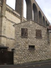 Aqueduc des Eaux de Rungis (également sur communes de Rungis, L'Hay-les-Roses, Cachan, Arcueil, Gentilly et Paris 14) -  Arcueil, Cachan, France  Aqueduc et vielle maison, vue depuis limite Arcueil et Cachan.