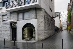 Aqueduc des Eaux de Rungis (également sur communes de Rungis, Fresnes, L'Hay-les-Roses, Cachan, Arcueil et Paris 14) - English: Rue de l'Empereur-Valentinien, Paris 14th arrondissement. Part of the former aqueduc Médicis.