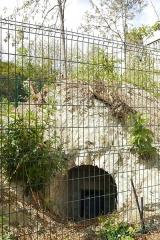 Aqueduc des Eaux de Rungis (également sur communes de Rungis, Fresnes, L'Hay-les-Roses, Cachan, Arcueil et Paris 14) - English: Rue Thomas-Francine, Paris 14th arrondissement. Part of the former aqueduc Médicis.