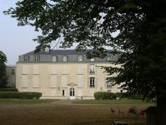Chateau de Parangon - English: castle Le Parangon (17th century) in Joinville-le-Pont from the garden, 2005