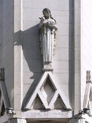Eglise Sainte-Agnès - Maisons-Alfort - Eglise Sainte Agnès - Statue de Sainte Agnès de 4 mètres de haut sur le porche d'entrée de l'église Sainte-Agnès de Maisons-Alfort, de style Art Déco. Elle a été réalisée par le sculpteur Gabriel Rispal