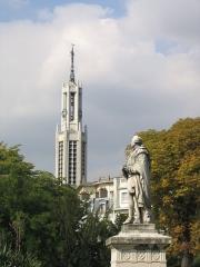 Eglise Sainte-Agnès -  Statue de Claude Bourgelat fondateur des écoles vétérinaires avec en arrière plan l'église Sainte-Agnès