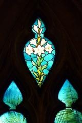 Eglise Notre-Dame-des-Vertus - Deutsch: Bleiglasfenster (Ausschnitt) in der katholischen Pfarrkirche Notre-Dame-des-Vertus in Aubervilliers, Darstellung: Lilien