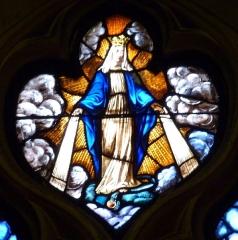Eglise Notre-Dame-des-Vertus - Deutsch: Bleiglasfenster (Ausschnitt) in der katholischen Pfarrkirche Notre-Dame-des-Vertus in Aubervilliers, Darstellung: Schutzmantelmadonna