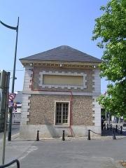 Ancien parc à l'anglaise du duc d'Orléans (également sur commune des Pavillons-sous-Bois) et lycée Albert Schweitzer -  Pavillon d'entrée de l'ancien domaine du Raincy Photo personnelle (own work) de Marianna