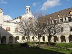 Carmel - Français:   Cloître de l\'ancien couvent des Carmélites, au centre la chapelle de l\'hôtel-Dieu.
