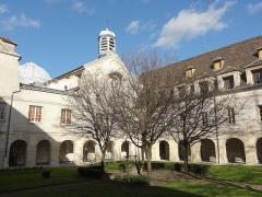 Carmel - Français:   Cloître de l\'ancien couvent des Carmélites.