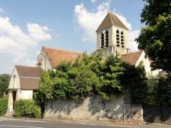 Eglise -  Vue depuis le sud: l'église est peu visible, car une propriété privéee s'en rapproche de très près.
