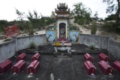 Allée couverte - Deutsch: 12 Familiengrab mit Kindergrabstellen Familie Đỗ Đức Địu, Provinze  Quảng Bình, Vietnam, 2012
