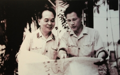 Allée couverte - English: General Vo Nguyen Giap and General Nguyen Chi Thanh  talked about the war situation in the South, July 15, 1967.