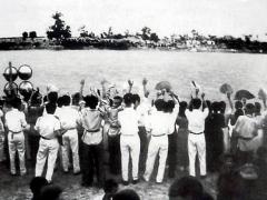 Allée couverte - English: Art Performance at the north bank of Ben Hai river during Vietnam War. Description copied from source: Văn công ở bờ Bắc biểu diễn văn nghệ cho đồng bào bờ Nam. Một hình ảnh xúc động 50 năm trước ở đôi bờ Bến Hải - Ảnh tư liệu
