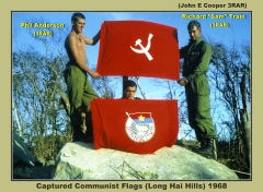 Allée couverte - Tiếng Việt: The flags of Vietnam People's Revolutionary Party and Vietnam People's Revolutionary Youth Union, both used since 1962 to 1976.