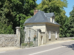 Domaine de Balincourt (également sur commune de Menouville) -  Maison de garde et portail.