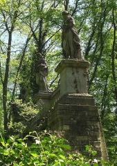 Domaine de Balincourt (également sur commune de Menouville) -  statues sur arche domaine du château d'Arronville, Val-d'Oise, France