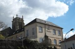 Eglise Saint-Martin - Deutsch: Rathaus (Marie) in Attainville im Département Val-d'Oise (Île-de-France/Frankreich), im Hintergrund katholische Pfarrkirche Saint-Martin