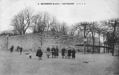 Château féodal -  Château de Beaumont-sur-Oise (Val-d'Oise) vers 1900 lorsque le département de Seine-et-Oise (S.-et-O.) existait encore. De gauche à droite, on observe un bout du donjon, un tronçon de boulevard d'artillerie, une première tourelle, une portion de courtine et une deuxième tourelle. La base du donjon, des tourelles, etc. , est enterrée / Beaumont-sur-Oise castle in the Val-d'Oise department c. 1900 (at the time the town was part of the former Seine-et-Oise department). From left to right, one can see part of the stone keep, a section of an earth bulwark, and two turrets linked by a curtain wall. The original base level of the keep and towers lies several metres underneath the ground level.