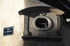 Relais de poste  , dit Hôtel du Croissant - Deutsch:   Hôtel du Croissant in Beaumont-sur-Oise im Département Val d\'Oise (Île-de-France/Frankreich), ovales Fenster, darüber Halbmond