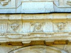 Eglise Saint-Denis -  Entablement du portail occidental.