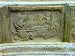 Eglise Saint-Denis -  Intrados du portail occidental, clé de voûte.