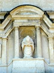 Eglise Saint-Denis -  Statue de saint Denis dans la niche au-dessus du portail occidental.