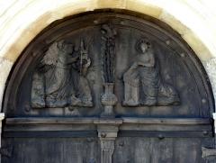 Eglise Saint-Denis -  Tympan en bois du portail occidental.