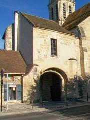 Prieuré - Français:   Porte fortifiée de l\'ancien prieuré, au sud de l\'église, façade est sur la rue de Neuville.