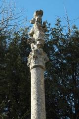 Calvaire de pierre du 16s - Deutsch: Kruzifix (Calvaire) gegenüber der Katholischen Pfarrkirche Notre-Dame de l'Assomption in Champagne-sur-Oise (Département Val-d'Oise) in der Region Île-de-France (Frankreich)