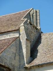 Eglise -  Vestiges du clocher gothique au chevet: corniche de modillons et faisceau de colonnettes de l'une des baies.