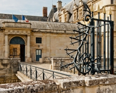 Domaine du Château d'Ecouen, actuellement musée de la Renaissance - Français:   Entrée du musée de la renaissance, au sein du château d\'Ecouen dans le Val d\'Oise. Au premier plan, le fer forgée du portail d\'entrée.