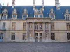 Domaine du Château d'Ecouen, actuellement musée de la Renaissance - Deutsch: Südflügel des Schlosses Écouen  vom Innenhof gesehen