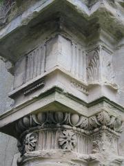 Eglise (restes de l'ancienne) -  Chapiteau de l'ancienne église de Génicourt datant du XIIème siècle, visible aujourd'hui à proximité du nouvel édifice sur un porche d'entrée classé Monument Historique.
