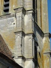 Eglise Saint-Clair - Français:   Ornementation des contreforts du clocher.