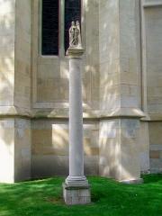 Eglise Saint-Martin - Français:   Colonne de sainte Barbe, devant le chevet de l\'église.