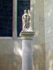 Eglise Saint-Martin - Français:   Colonne de sainte Barbe, devant le chevet de l\'église; vue de détail.