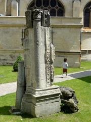 Eglise Saint-Martin - Français:   Vestige du portail occidental au jardin (partie remplacée lors d\'une restauration).