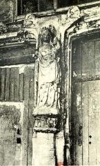 Eglise Notre-Dame -  Vierge à l\'Enfant à l\'oiseau du XIVe siècle, sous le porche.