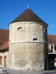 Château - Français:   Le colombier du XIXe siècle sur la cour des communs du château.