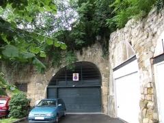 Remparts - Deutsch: Einhüftiger Korbbogen, beim Parkplatz nahe der Unterpräfektur und nahe dem Eingang des Stadtgartens, rue de la Coutellerie, Pontoise, Frankreich.