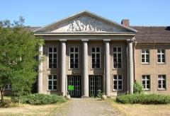 Dolmen de la Pierre-Plate situé dans la forêt de l'Isle-Adam - English: Former vocational school in Blumenthal-Horst (municipality Heiligengrabe) in Brandenburg, Germany