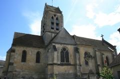 Eglise Saint-Pierre - Français:   Eglise Saint-Pierre de Puiseux-Pontoise. Au premier plan, croix tombale